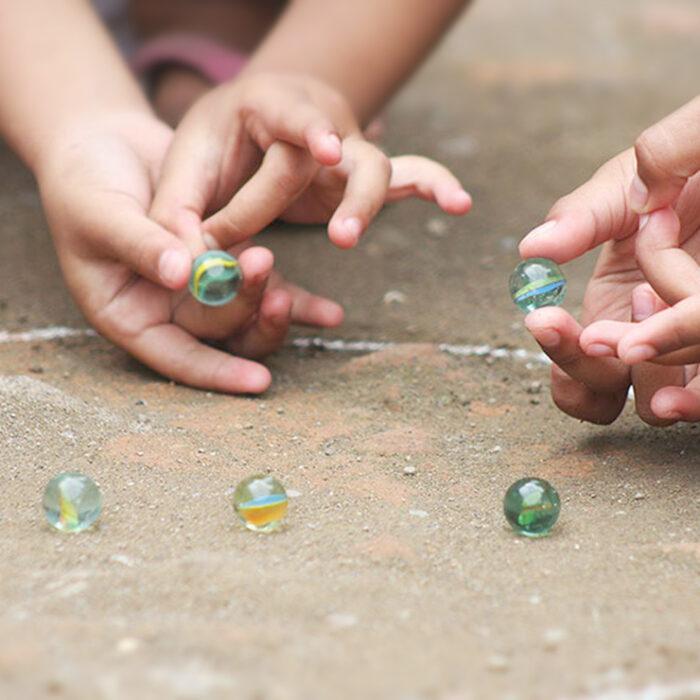 Jugar a las canicas… ¿un juego de niños?